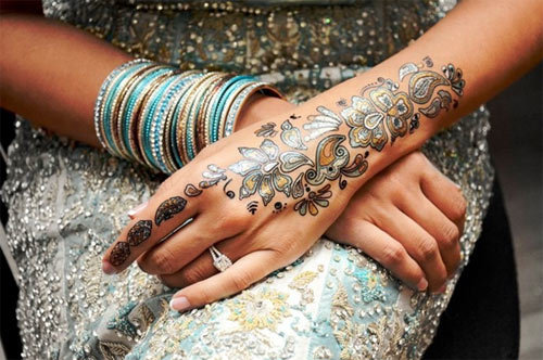 eye-catchy back hand mehndi